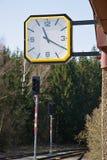 在哪些红灯的铁路红灯 在驻地的时钟 铁路轨道的建筑 铁路基础设施 免版税库存图片