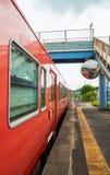 在驻地的红色火车中止 图库摄影