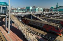 在驻地的铁路轨道的火车在市新西伯利亚 免版税库存照片