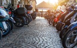 在驻地附近的摩托车停车处在意大利 定调子 免版税库存照片