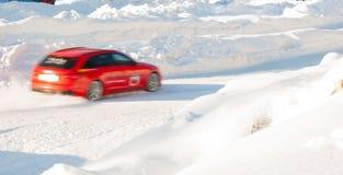 在驾照考试期间的红色汽车在冰 免版税图库摄影