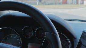 在驾车的汽车仪表板在有房子的,汽车街道上期间 股票录像