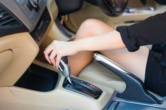 在驾驶汽车前的手司机转移变速杆 库存照片