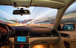 在驾驶的汽车内部。 免版税库存照片