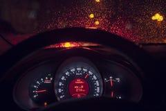 在驾驶穿过城市的出租汽车里面在晚上 库存图片
