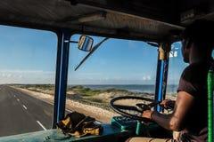 在驾驶舱里面的印地安卡车司机 免版税库存图片