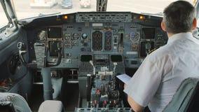 在驾驶舱里面的飞行员 股票视频