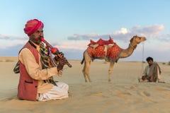 在骆驼乘驾以后的人戏剧传统音乐 图库摄影