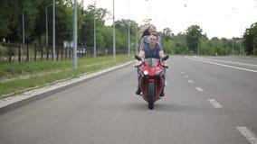 在骑摩托车的爱的夫妇在路 影视素材