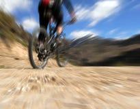 在骑自行车的人山骑马之后 免版税库存图片