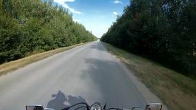 在骑自行车的人的盔甲的照相机 影视素材