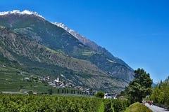 在骑自行车者的意大利阿尔卑斯看法自行车道路对和镇的Ciardes 免版税库存图片
