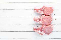 在骨头的未加工的牛排 肉用香料和草本 r 免版税库存照片