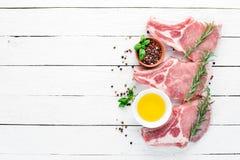 在骨头的未加工的牛排 肉用香料和草本 r 库存图片