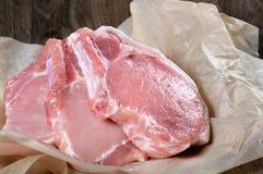 在骨头的未加工的猪肉牛排 图库摄影