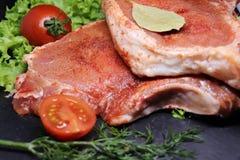 在骨头的未加工,新鲜的猪肉 库存照片