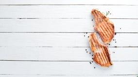 在骨头的牛排用迷迭香 格栅,烤肉 r 免版税库存照片