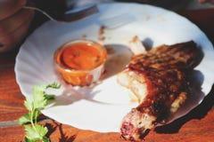 在骨头的猪肉牛排用调味汁 库存照片