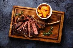在骨头小牛肉肋骨的切的牛排用土豆楔住 库存图片