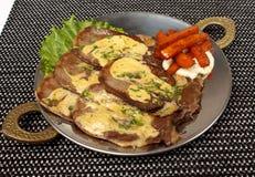 在骨头的烤猪肉牛排充塞用乳酪,烤菜 免版税库存照片
