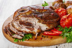 在骨头的烤猪肉肩膀 库存图片