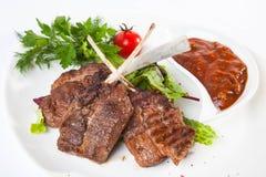 在骨头的肉用红色调味汁 图库摄影
