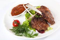 在骨头的肉用红色调味汁 库存图片