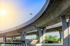 在高下在城市的高架桥下 免版税库存照片