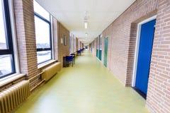 在高中大厦的长的空的走廊 库存图片