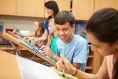 在高中艺术课的公学生 库存图片