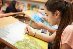 在高中艺术课的母学生 免版税库存图片