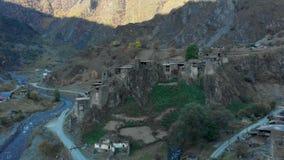 在高加索山脉史诗timelapse格鲁吉亚谷秀丽自然的堡垒在峡谷和城楼 股票录像