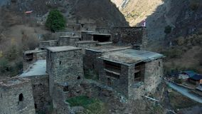 在高加索山脉史诗timelapse格鲁吉亚谷秀丽自然的堡垒在峡谷和城楼 影视素材