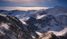 在高加索山脉的冬天日落 免版税库存照片