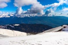 在高加索山脉的滑雪胜地,罗莎峰顶,索契,俄罗斯 免版税库存照片