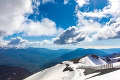 在高加索山脉的滑雪胜地,罗莎峰顶,索契,俄罗斯 免版税图库摄影