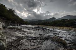 在高加索山脉阿塞拜疆的接踵而来的狂放的河洪水 免版税库存照片