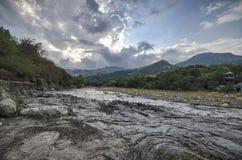 在高加索山脉阿塞拜疆的接踵而来的狂放的河洪水 图库摄影