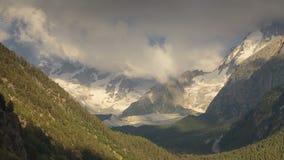 在高加索的山的夏天 云彩的形成和运动在山峰的 股票录像