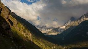 在高加索的山的夏天 云彩的形成和运动在山峰的 影视素材