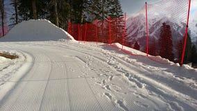 在高加索山脉、倾斜和雪峰顶的滑雪胜地 图库摄影
