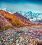 在高加索山脉的有雾的秋天早晨 免版税库存照片
