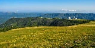 在高加索山脉的望远镜 免版税库存照片