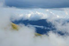 在高加索山脉的美好的cloudscape,乔治亚,中亚 免版税库存照片