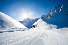 在高加索山脉附近的美丽的冬天滑雪轨道 免版税库存照片