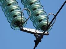 在高压顶上的电线的玻璃绝缘物圆盘 免版税库存图片