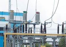 在高压switchyard的电源变压器在现代电分站,发电站 库存照片