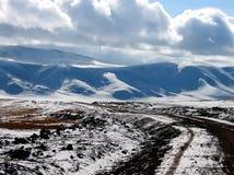 在高原的粗砺的路 图库摄影