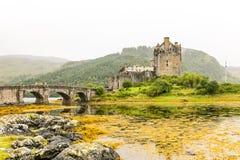 在高地山的爱莲・朵娜城堡在苏格兰 免版税库存图片