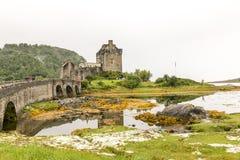 在高地山的爱莲・朵娜城堡在苏格兰 库存照片